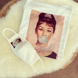 Breakfast atTiffany'sT-Shirt & facemask set